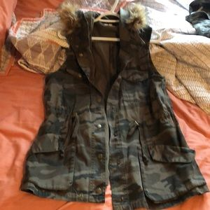 Maurices brand // camo hooded vest // size XL